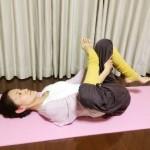 産後のつらい腰痛 解消法!赤ちゃんと一緒に寝ながらできるヨガ 針通しのポーズ